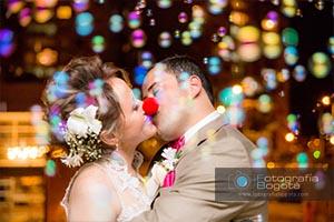 fotografia bogota fotografos de bodas fotografias de bodas creativas diferentes burbujas de jabon besos romanticos novios bodas