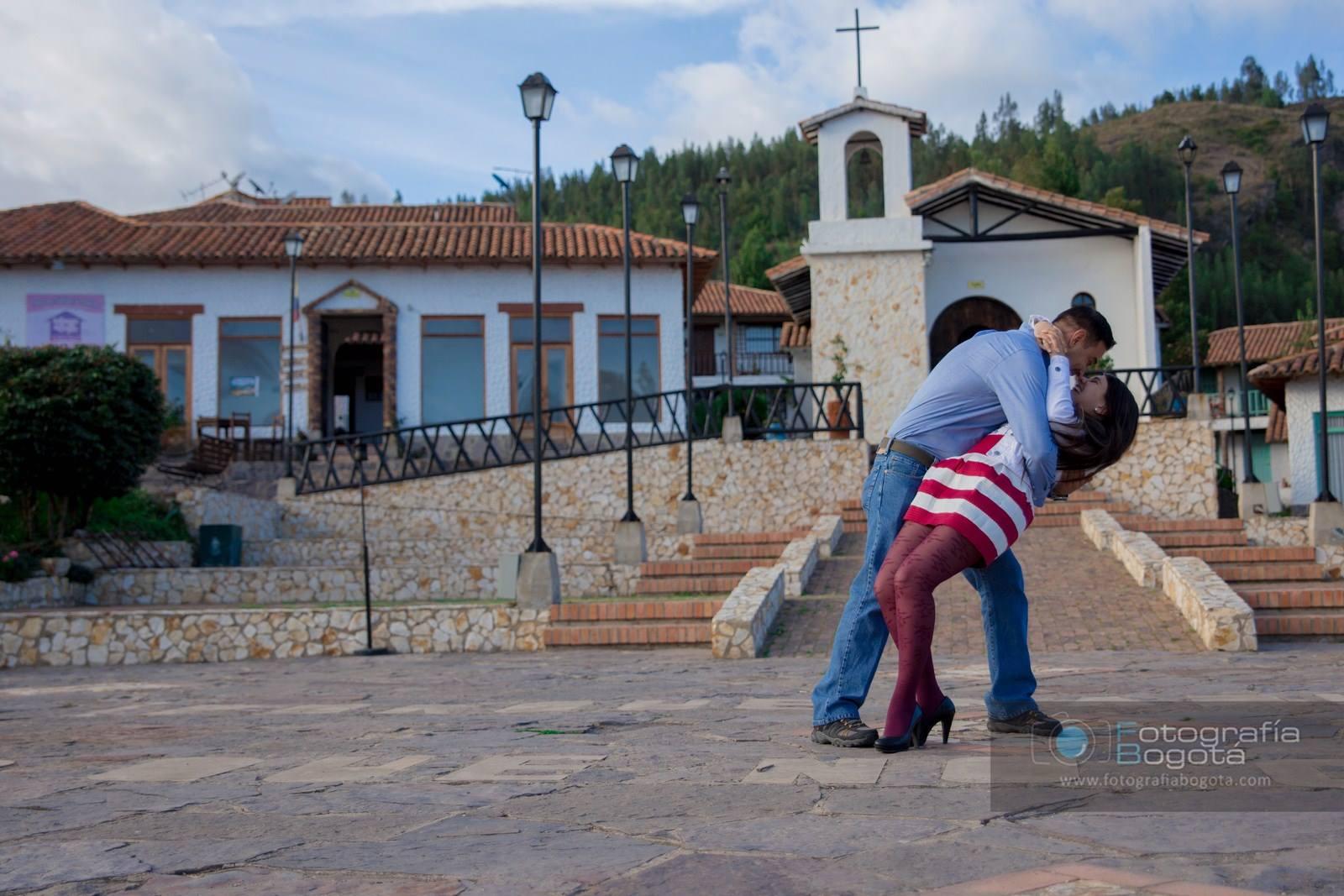 sesion-de-fotos-pueblito-boyacense-fotografias-de-parejas-romanticas-beso-romantico