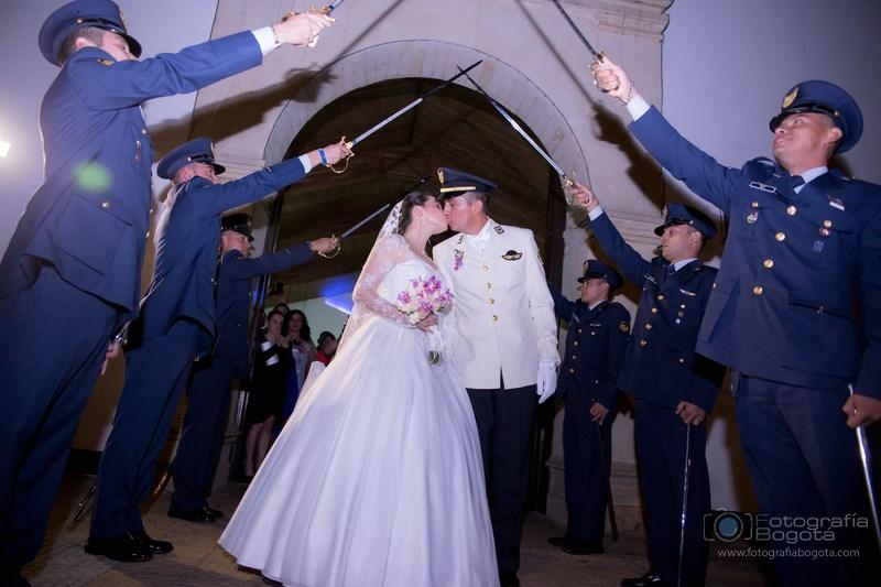 fotografias-de-bodas-militar-policia-nacional-arco-de-sables